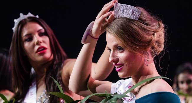 Miss Belarus Aleksandra Chichikova (C) — winner of the Miss Wheelchair World contest